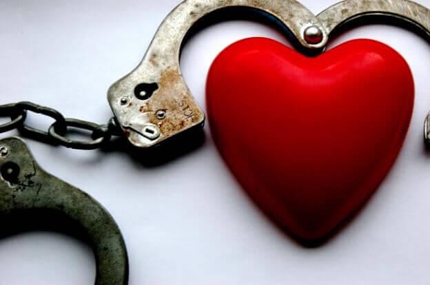 Corazón atrapado por unas esposas