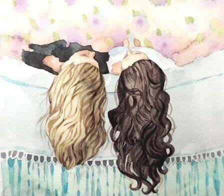 Hermanas tumbadas en la cama hablando