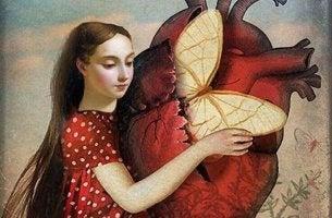 Mujer con un corazón del que sale una mariposa