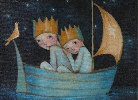 Niños con una corona montados en una barca