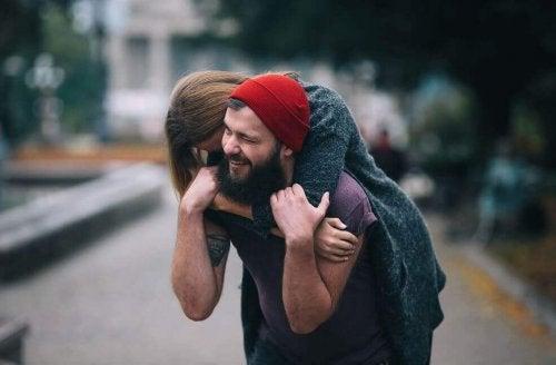 Pareja mostrando su amor con un abrazo