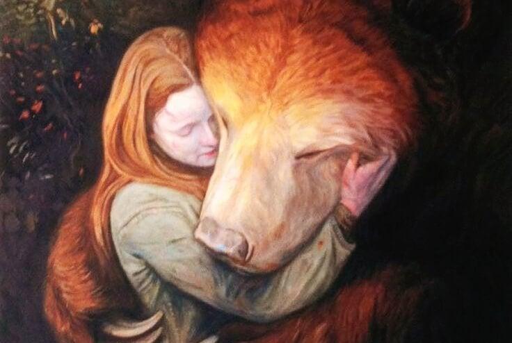 Mujer abrazando a un oso