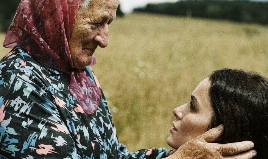 Mujeres más sabias: abuela acariciando a nieta