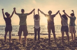 Jóvenes de la mano simbolizando lo que es un amigo de verdad
