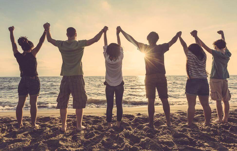 Jóvenes de la mano simbolizando el ser protegido