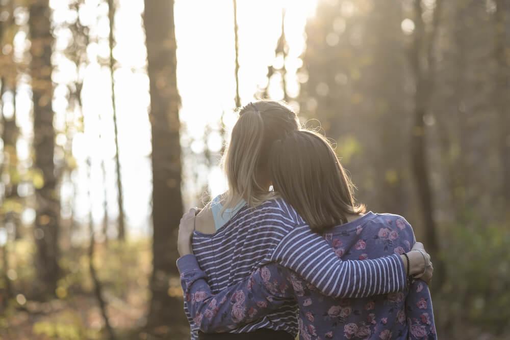 Mujeres abrazadas expresando emociones