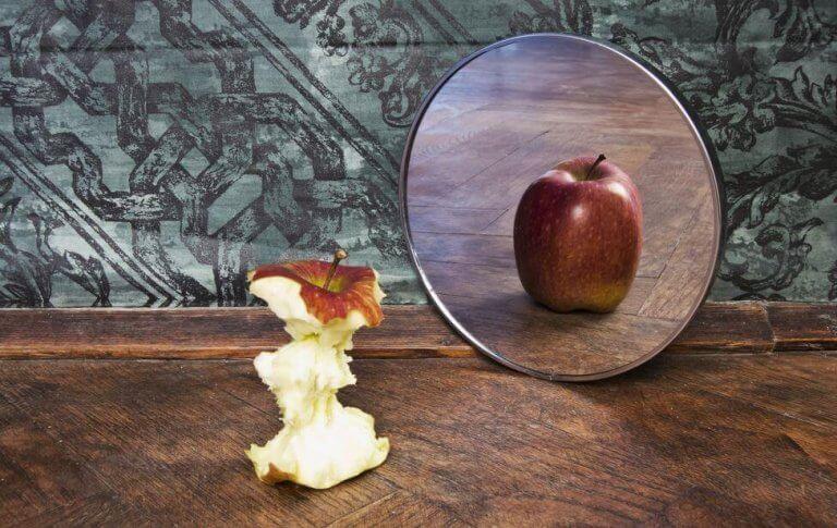 Manzana con imagen distorsionada en espejo