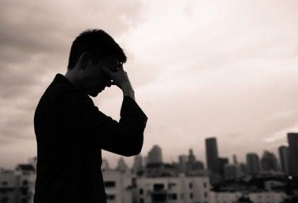 Hombre triste con pensamientos de adivino