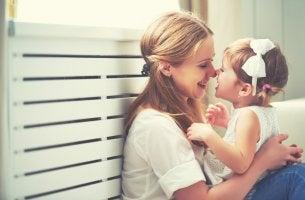 Madre divirtiéndose con su hija