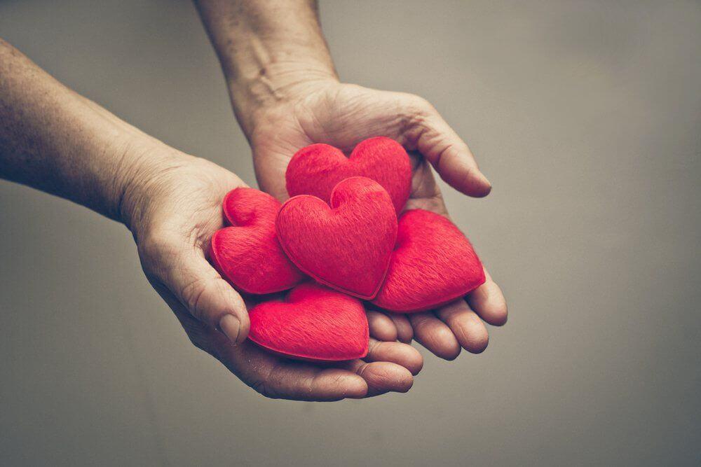 Manos sosteniendo corazones