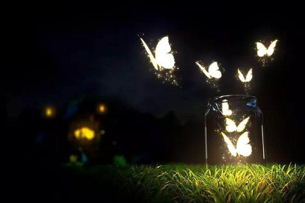 Mariposas saliendo de un frasco de cristal