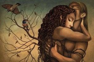 Mujer dando abrazos en la intimidad a su pareja