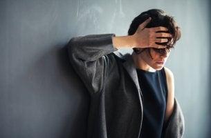 Mujer con síndrome de Cotard preocupada
