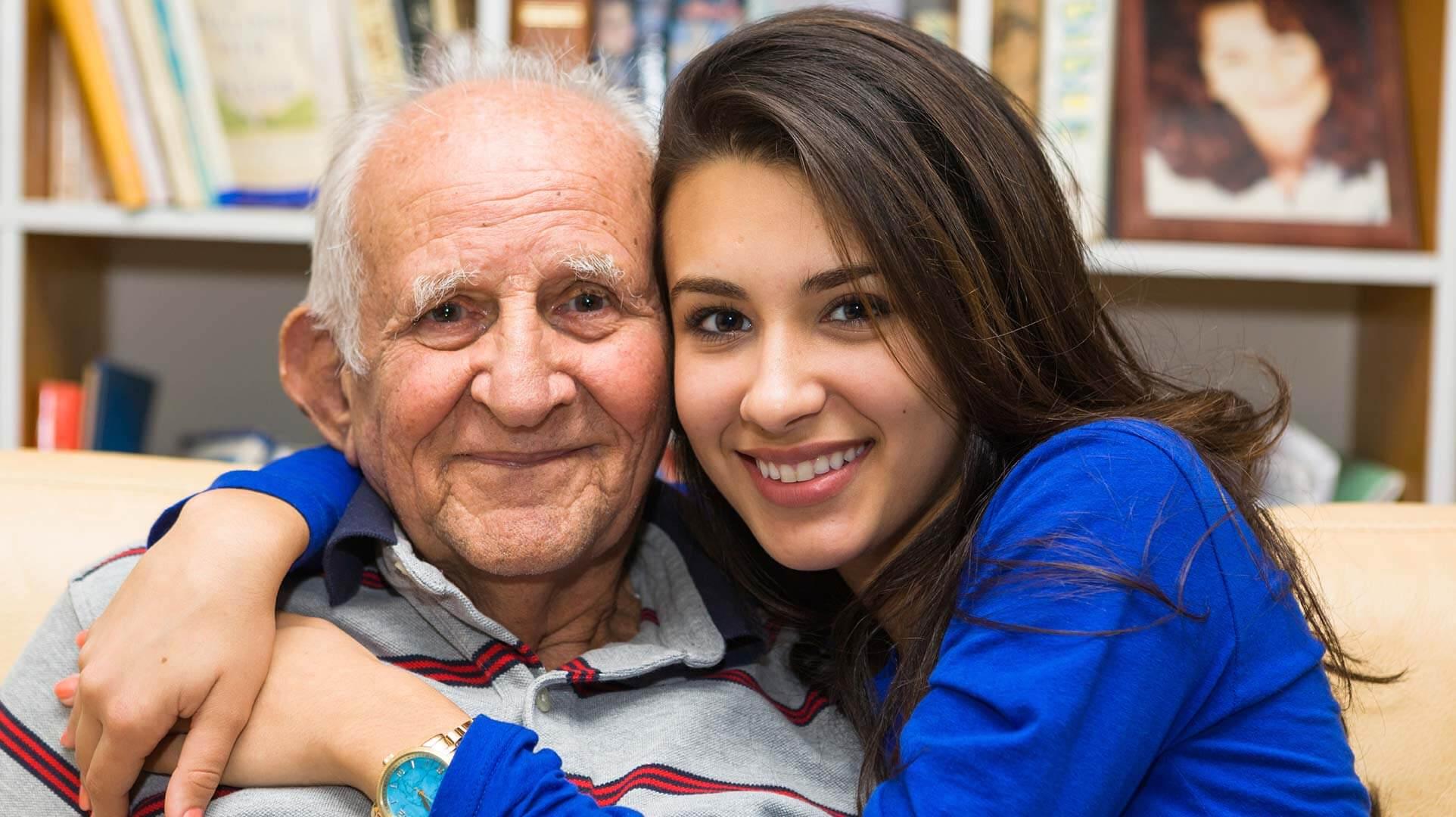 Mujer con su abuelo