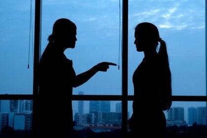 Mujer culpando a otra mientras hablan de las personas narcisistas