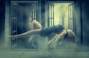 Mujer flotando en une stado de consciencia