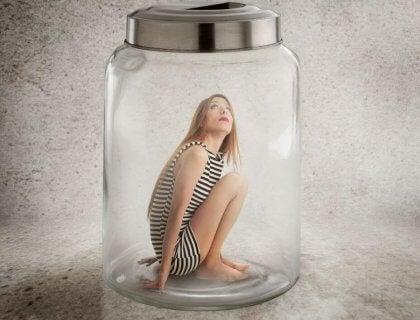 Mujer en un tarro de cristal