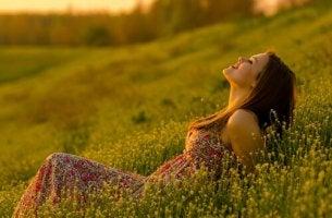Mujer feliz representando ser positivo