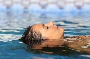Mujer nadando y disfrutando de la vida