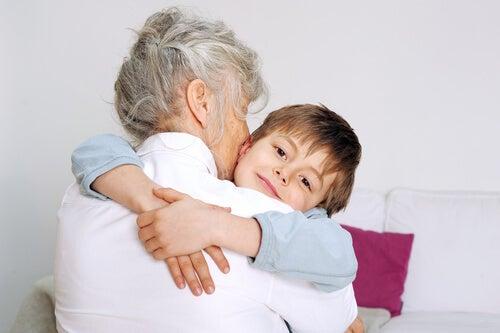Nieto abrazando a su abuela, que representa a las mujeres más sabias