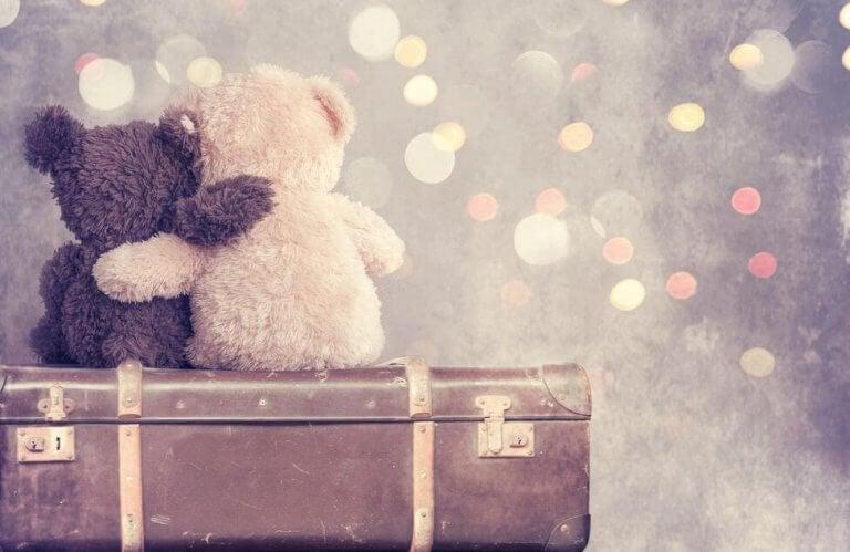 Osos abrazados simbolizando amistad