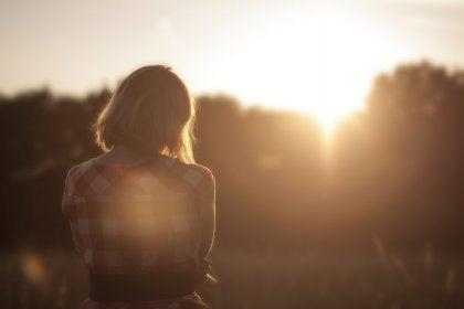 Kvinde ser mod solnedgang
