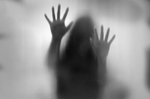Silueta de una mujer atrapada