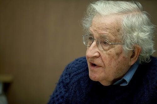 12 frases del gran pensador Noam Chomsky