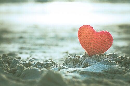 Corazón de lana sobre la arena