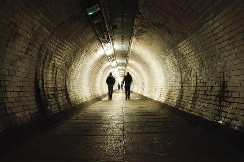 Dos personas caminando en un tunel