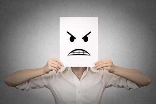 Hombre sujetando un folio con cara de enfado