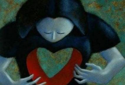 Mujer con un hueco en forma de corazón