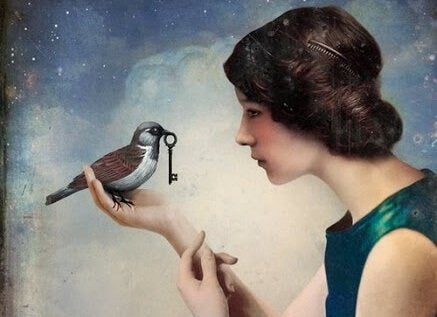 Mujer con un pájaro con una llave en el pico