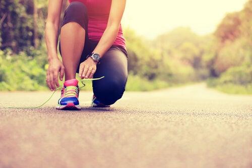 Mujer atándose una zapatilla para correr una maratón