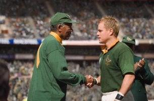 Nelson Mandela dando la mano a su amigo