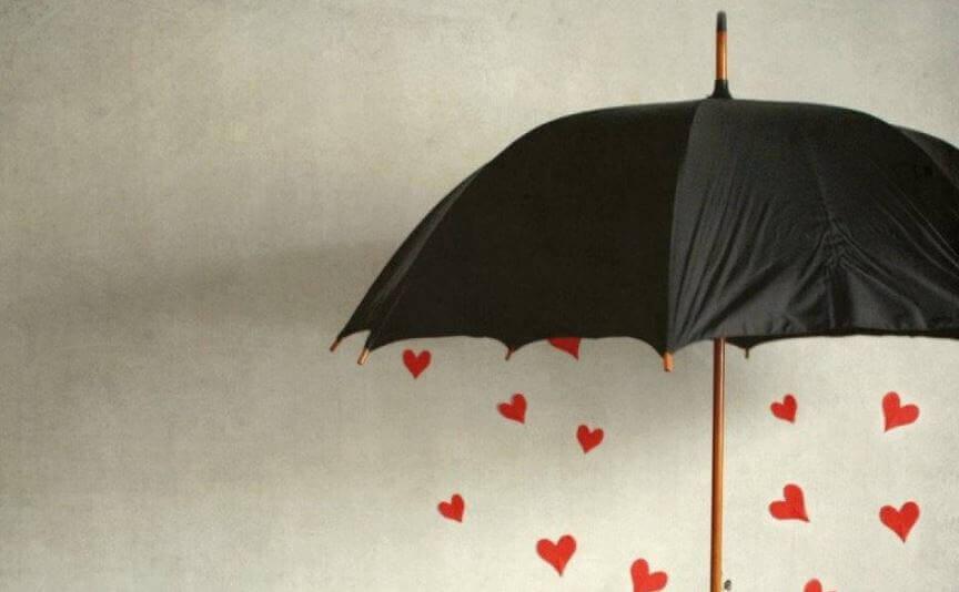 Paraguas con corazones simbolizando el arte de hacer el bien