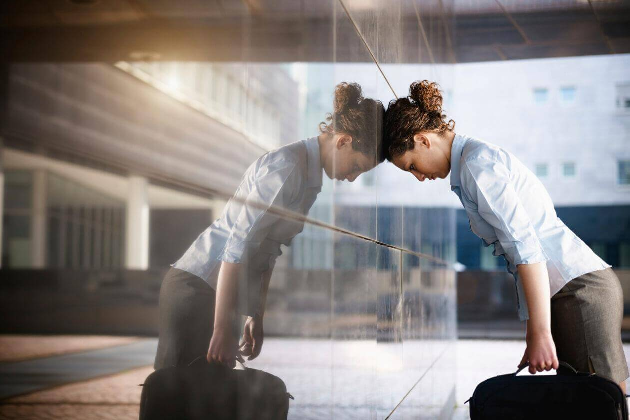 Mujer posponiendo la entrada al trabajo