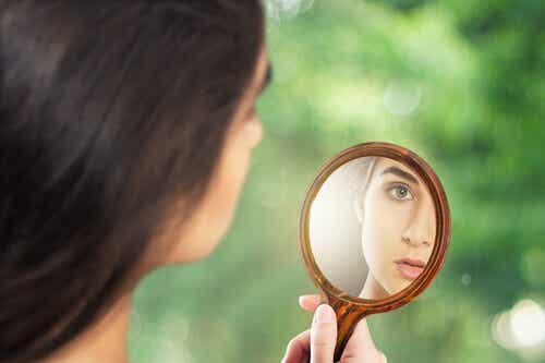 Señales de que sales con un narcisista