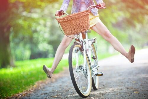 Mujer feliz en bicicleta