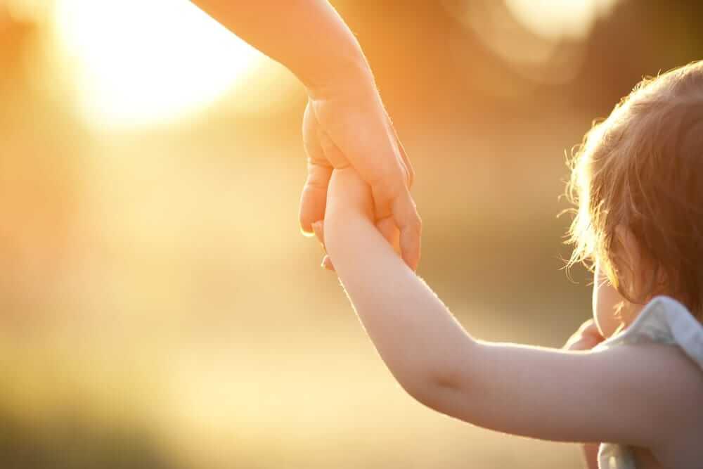 Dándole la mano a un niño