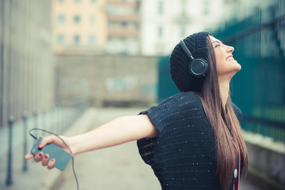 Joven feliz escuchando música