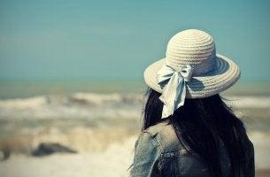 Mujer mirando al mar sintiendo nostalgia