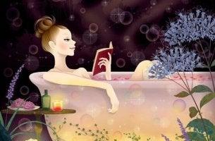 Mujer empezando a leer en la bañera