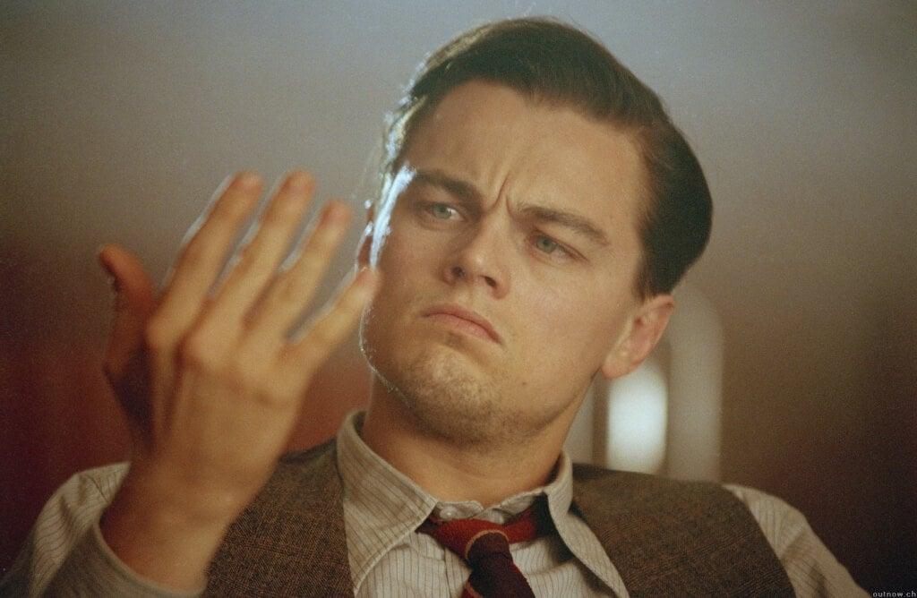 Leonardo DiCaprio mirándose la mano