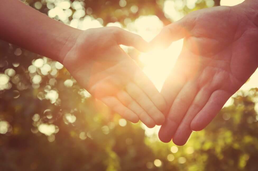 Manos juntas formando un corazón