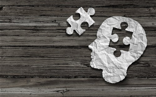 Mente en forma de puzzle simbolizando psicología humanista