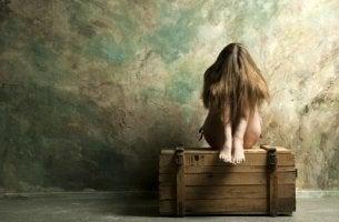 Mujer triste con una crisis de identidad