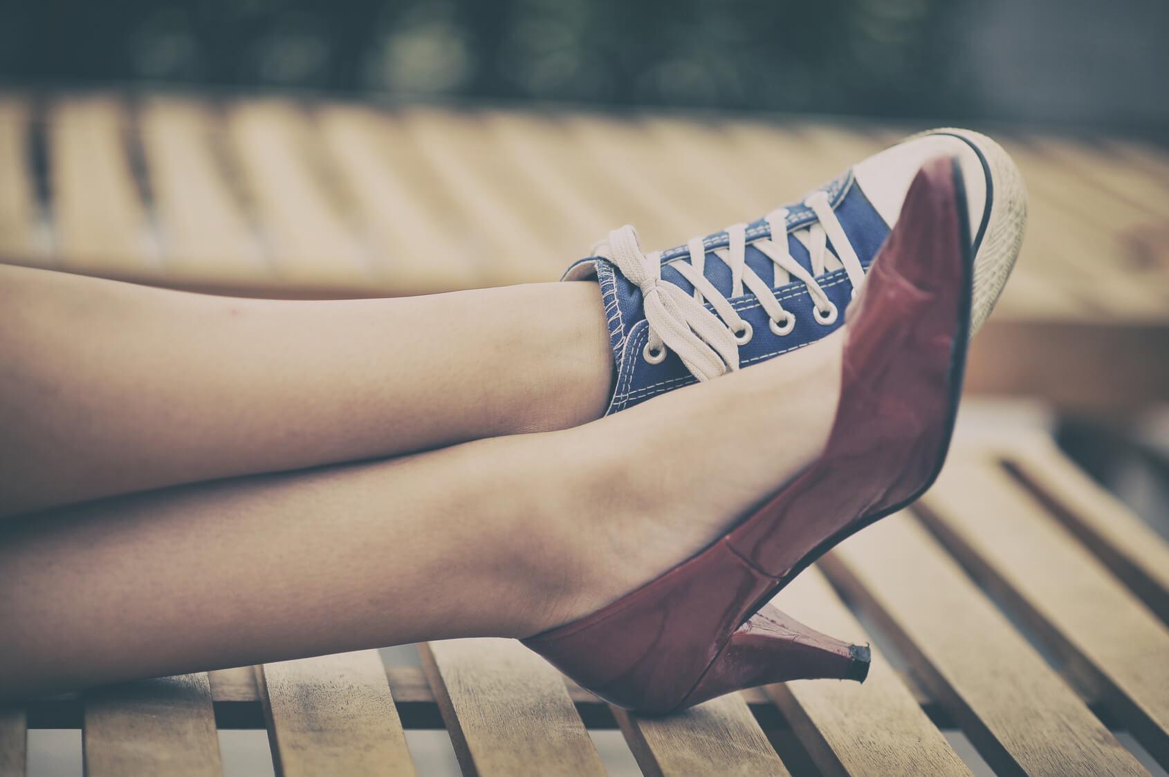 Mujer con calzado diferente
