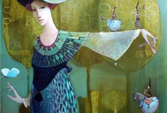 Mujer con el brazo levantado sujetando una marioneta