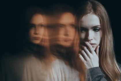 Mujer con fobia social